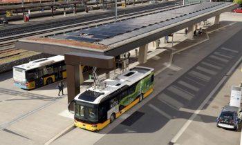Das Postautoterminal mit PV-Anlage, Ladestation und E-Bus aus der Vogelperspektive gesehen (Bild: IBB Energie AG).
