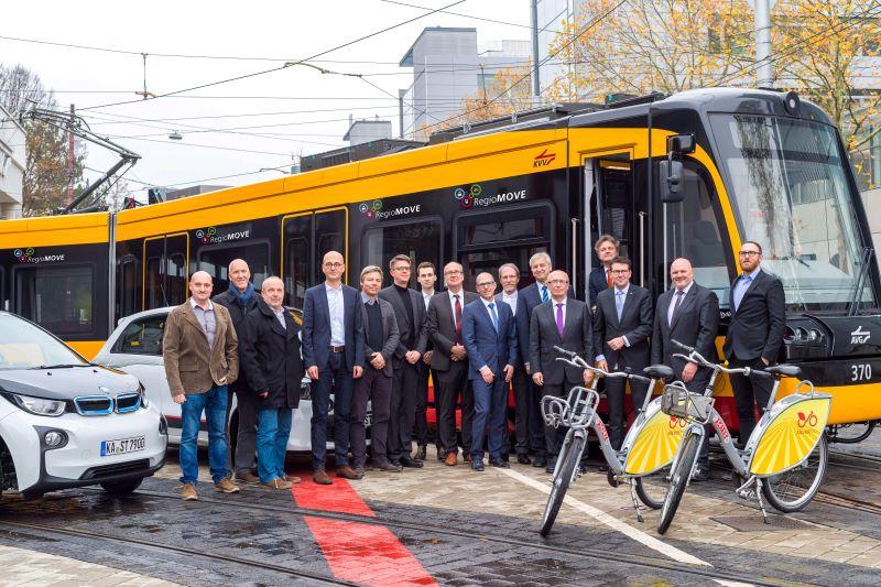 Das regiomove-Projektteam, vierter von rechts: Dr. Gottfried Greschner, CEO von init (Bild: Init GmbH).