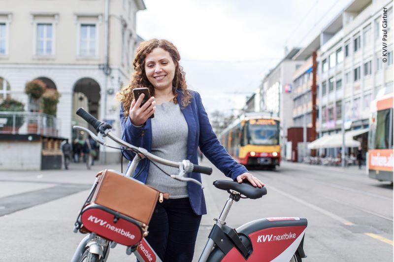 In der App werden alle in Umkreis befindlichen Mobilitäts- und Sharingangebote, E-Ladestationen sowie ÖPNV-Haltestellen angezeigt. Diese sind direkt reservier- oder buchbar. (Bild: KVV / Paul Gärtner).