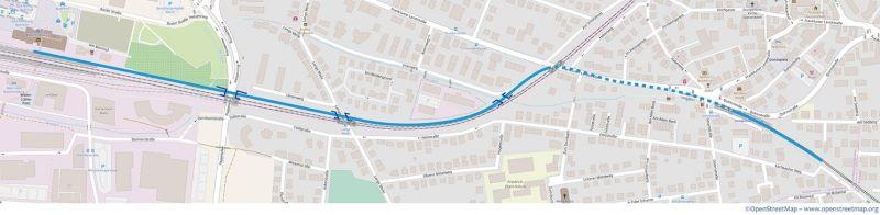 In der Frankfurter Nachbarstadt Bad Homburg soll die Stadtbahn vom heutigen Endpunkt Gonzenheim unter der Bahn hindurch und dann parallel zu dieser bis zum Bahnhof verlängert werden (Quelle: OpenStreetMap / Traffiq Frankfurt).