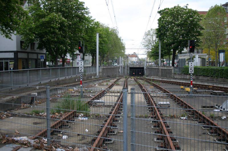 Seit Jahren ist die Tunnelrampe der Kölner Nord-Süd-Stadtbahn im Bereich der Haltestelle Marktstraße fertig und nicht genutzt. Dies wird sich auch in naher Zukunft nicht ändern (Bild: Jürgen Burmeister).