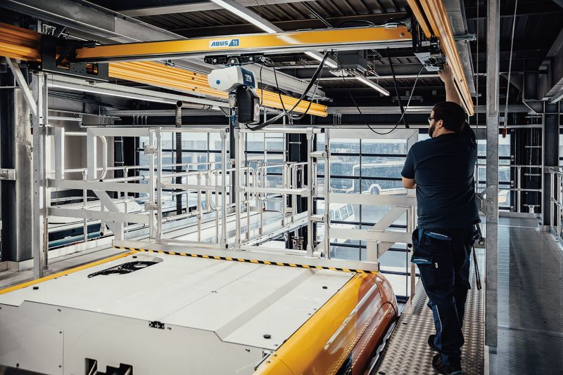 Der integrierte Ladekran kann Lasten bis zu einer Tonne sicher und ergonomisch bewegen (Bild: Krause-Werk).