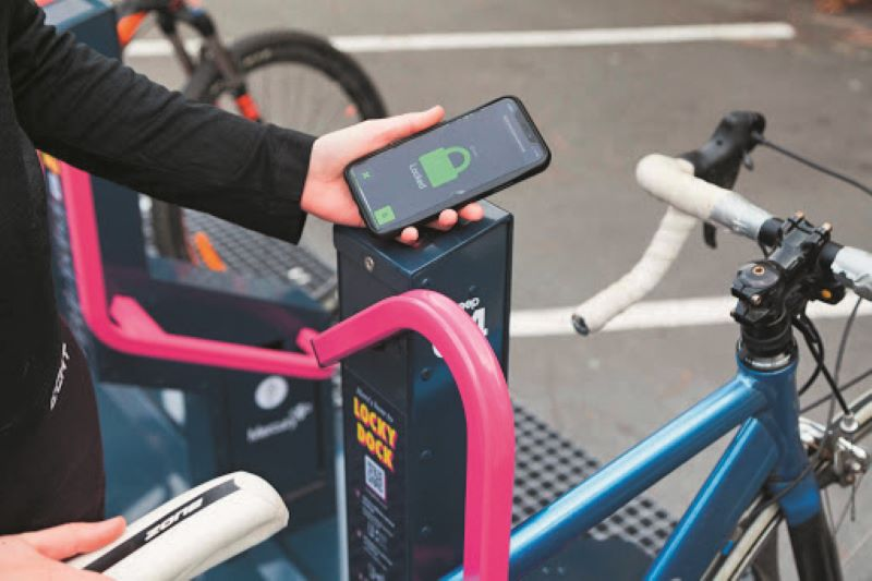 Abstellen leicht gemacht mit dem intelligenten Parksystem »Bikeep«: Die robusten Schließbügel aus Stahl werden digital per App über das Handy gesteuert und verriegeln das Rad diebstahlgeschützt um Rahmen und Vorderrad (Bild: Ziegler).
