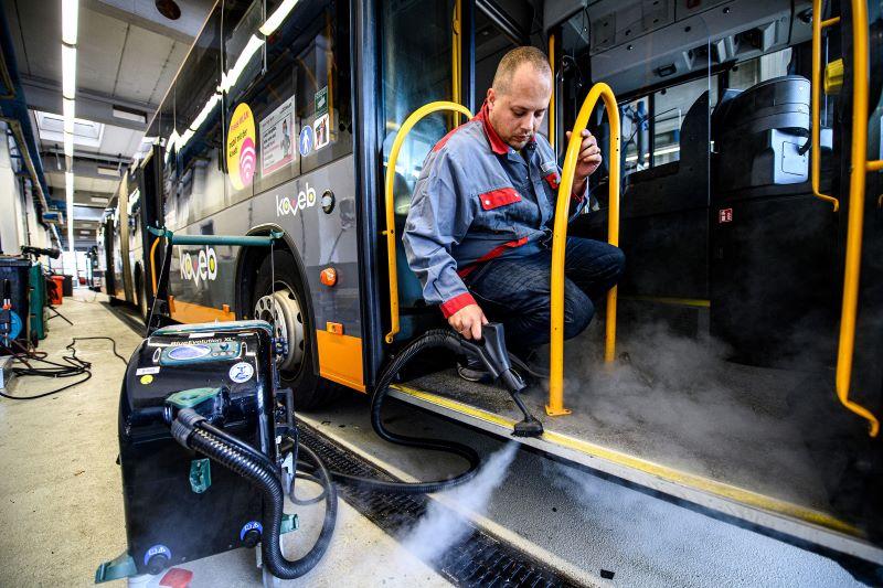 Mit einem neuen Dampfsaugsystem sorgen die Koblenzer Verkehrsbetriebe für ein ganz neues Hygienelevel in ihren Bussen ( Bilder: Lukas Schulze/beam GmbH).