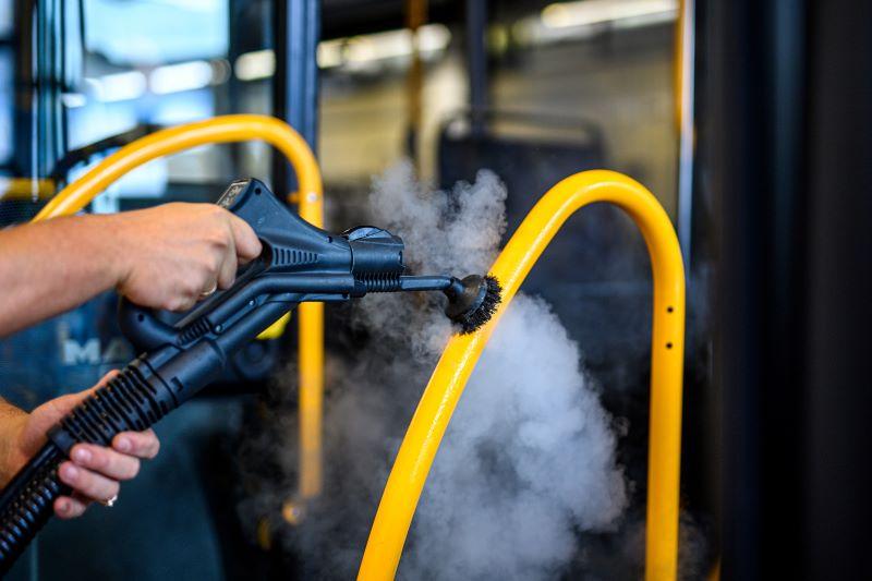 Nicht erst seit der Coronavirus-Pandemie sollten gerade auch Kontaktflächen in Bussen hygienisch rein sein.