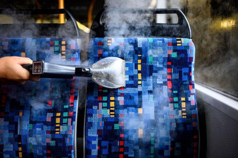 Das Gerät arbeitet mit heißem Trockendampf. Die Flächen sind deshalb sofort wieder trocken. Das minimiert die Standzeiten der Busse.