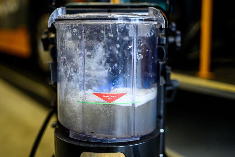 Die gelösten Schmutzpartikel landen im Wasserfilterbehälter und werden am Ende einfach ausgeleert.